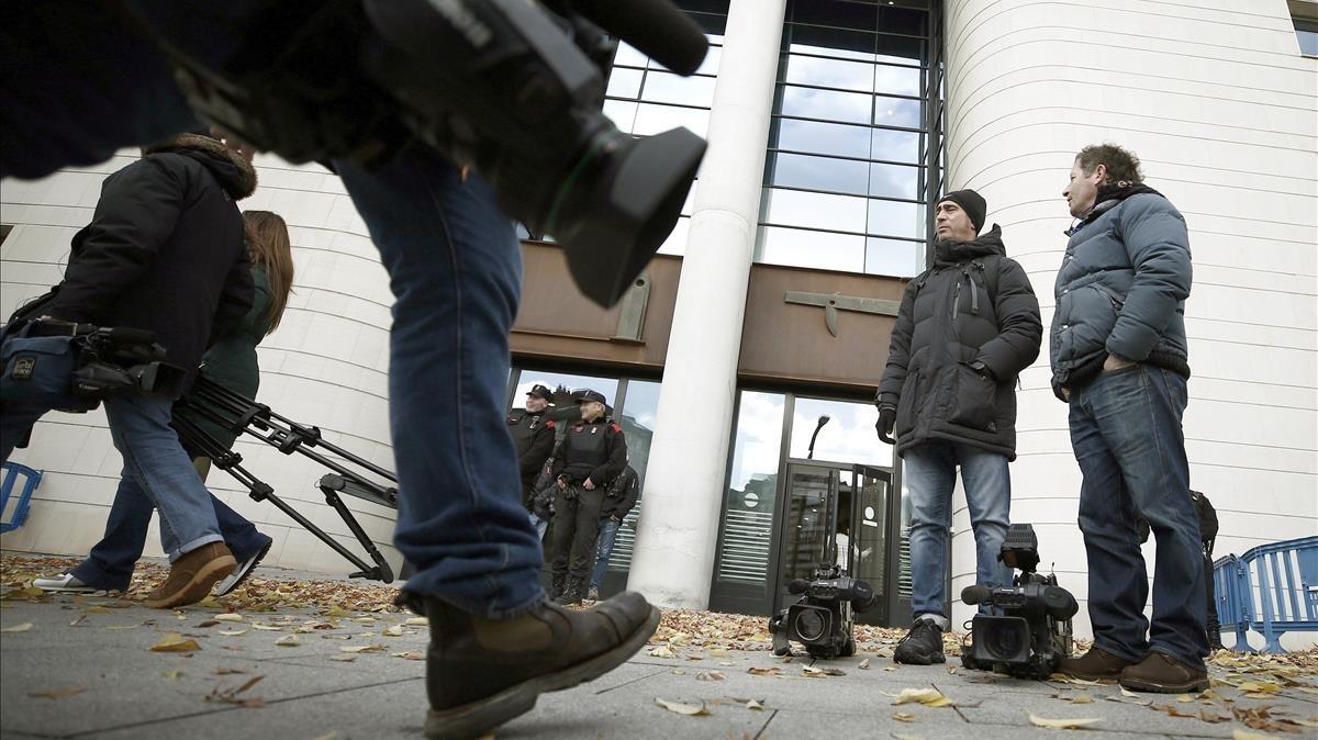 Un gran numero de medios de comunicacion se han acreditado para cubrir hoy el inicio del juicio en el Tribunal Superior de Justicia de Navarra
