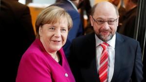 La cancillera Angela Merkel y el líder socialdemócrata Martin Schulz, antes de empezar las conversaciones para formar Gobierno, en Berlín.