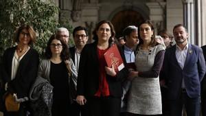 La alcaldesa Ada Colau se reúne con los familiares de los presos.