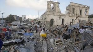 Un edificio destruido tras un ataque con un coche bomba en Mogadiscio.