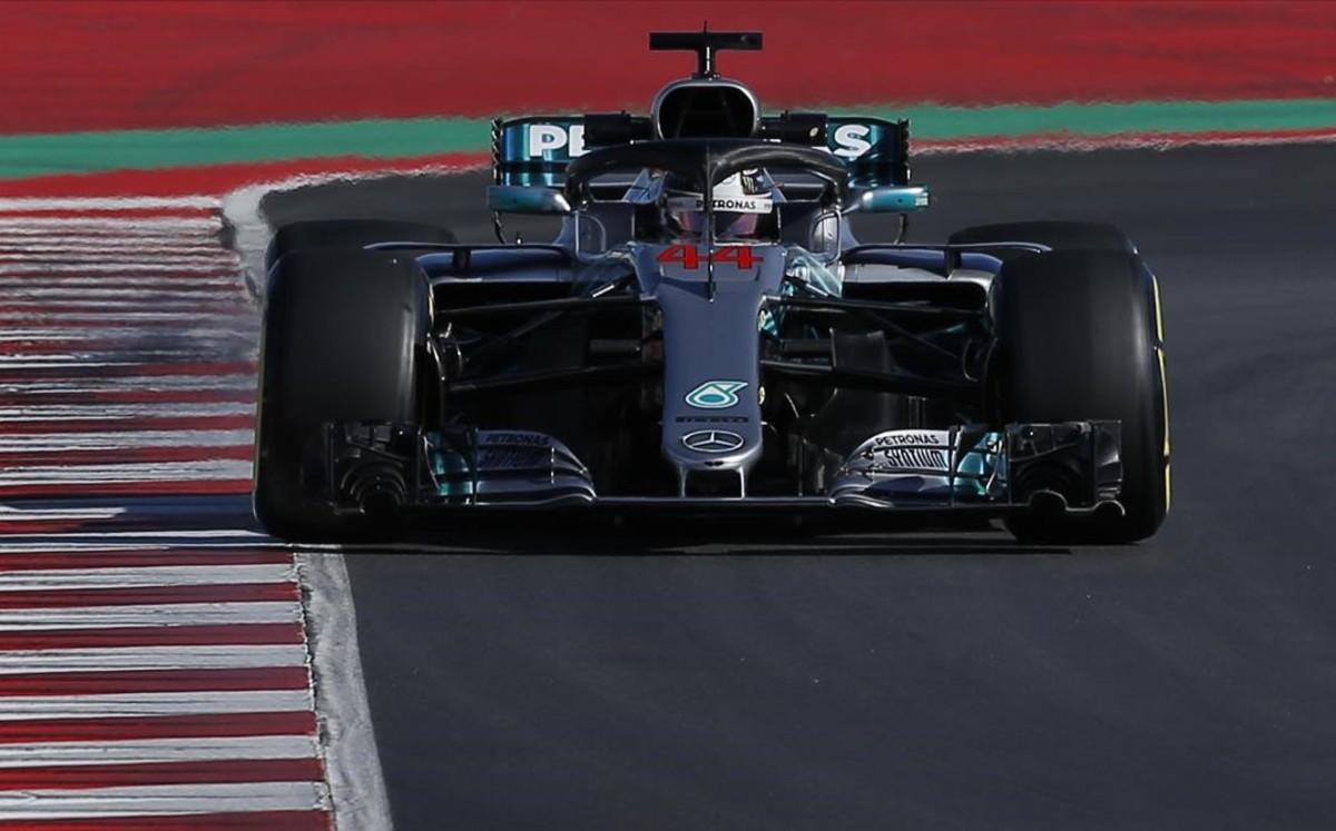 Lewis Hamilton, a bordo de su Mercedes en MOntmeló.