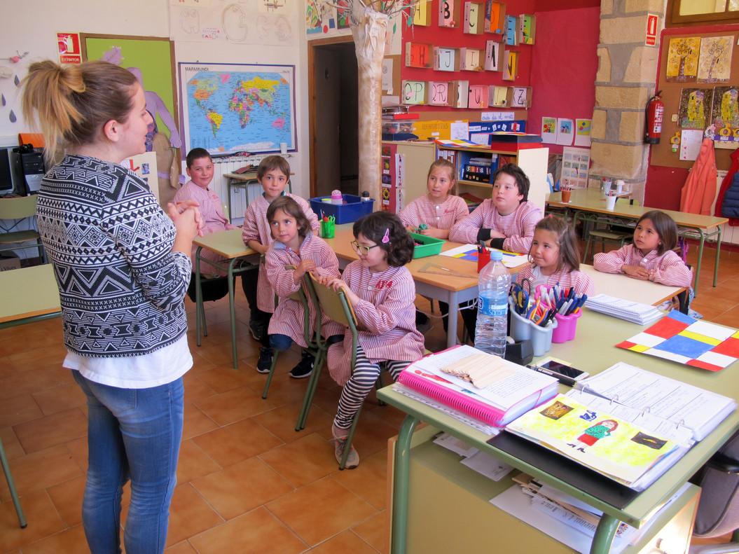 Sílvia, en la escuela rural de Els Omells, donde comparten clase niños de entre tres y 12 años.