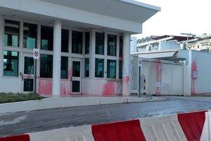 Miembros del grupo anarquista griego Rubicon lanzaron botellas y globos rellenos de pintura roja contra la embajada estadounidense en Atenasen lo que calificaron de accioncontra el imperialismo americanoy en solidaridad con Siria.EFEPantelis Saitas