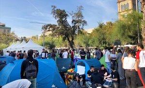 Acampada de estudiantes en la plaza de la Universitat. IOSU DE LA TORRE