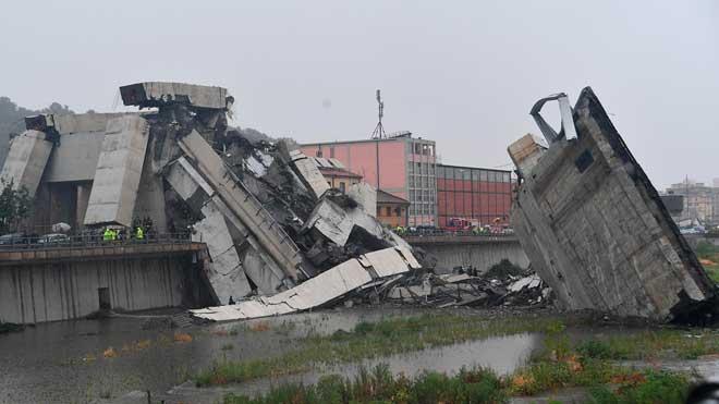 Estado del puente tras el derrumbe de un tramo de 100 metros del viaducto de la autopista A10 a su paso por Génova