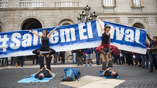 Usuarios del gimnasio Sant Pause exhibieronfrente al Ayuntamiento para tratar de salvar elequipamiento deportivo del Raval.