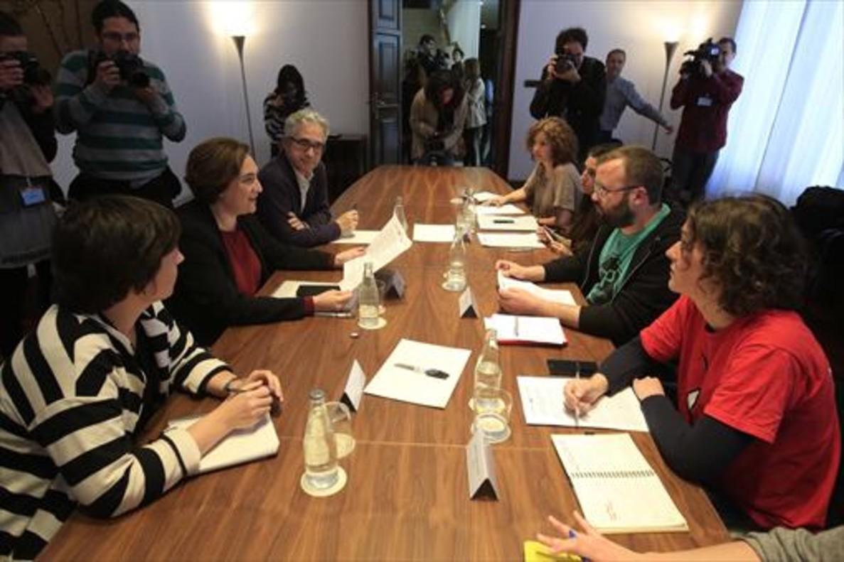 Ada Colau, ayer, en la reunión con la PAH y otras plataformas de cara a la reunión de hoy.