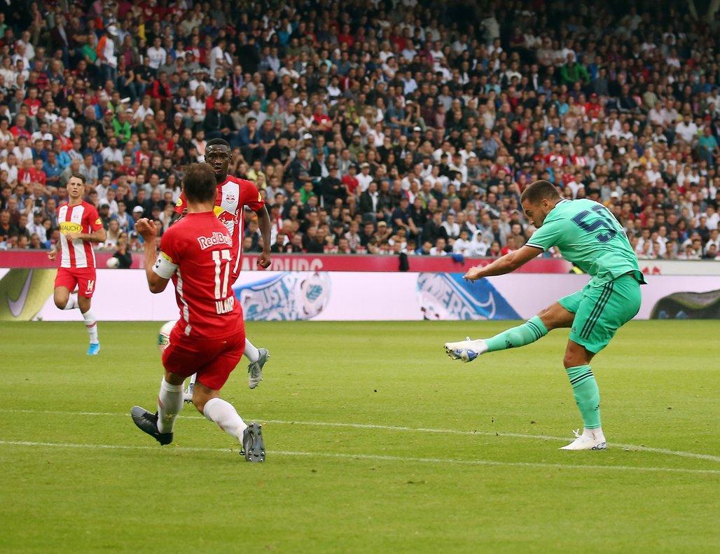 El madridista Hazard (d) dispara en la jugada del 0-1 en Austria.