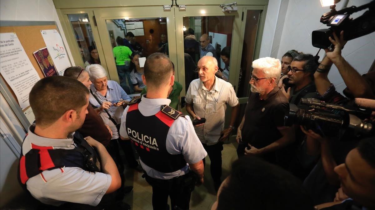 Agentes de los Mossos, el 29 de septiembre del 2017, en un colegio electoral de Barcelona.