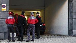 Agentes de la Policía Foral de Navarra vigilan la entrada del TSJN.