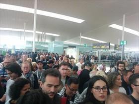 Aglomeraciones de pasajeros en el aeropuerto de El Prat, ayer.