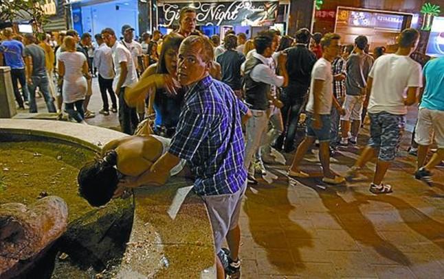 """Resultado de imagen de guiris borrachos por la calle"""""""