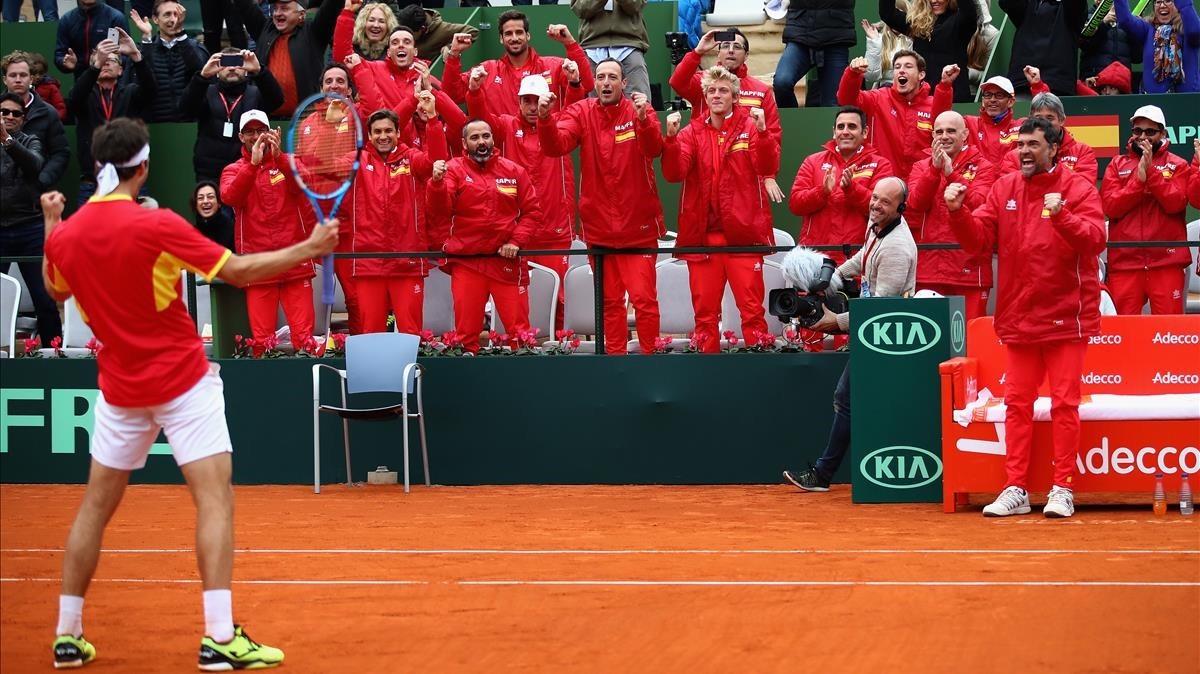 Albert Ramos celebra el triunfo definitivo contra Gran Bretaña con el banquillo español.
