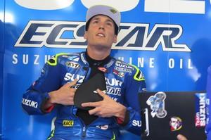 Aleix Espargaró se pone el protector de pecho antes de salir a entrenarse en Le Mans.