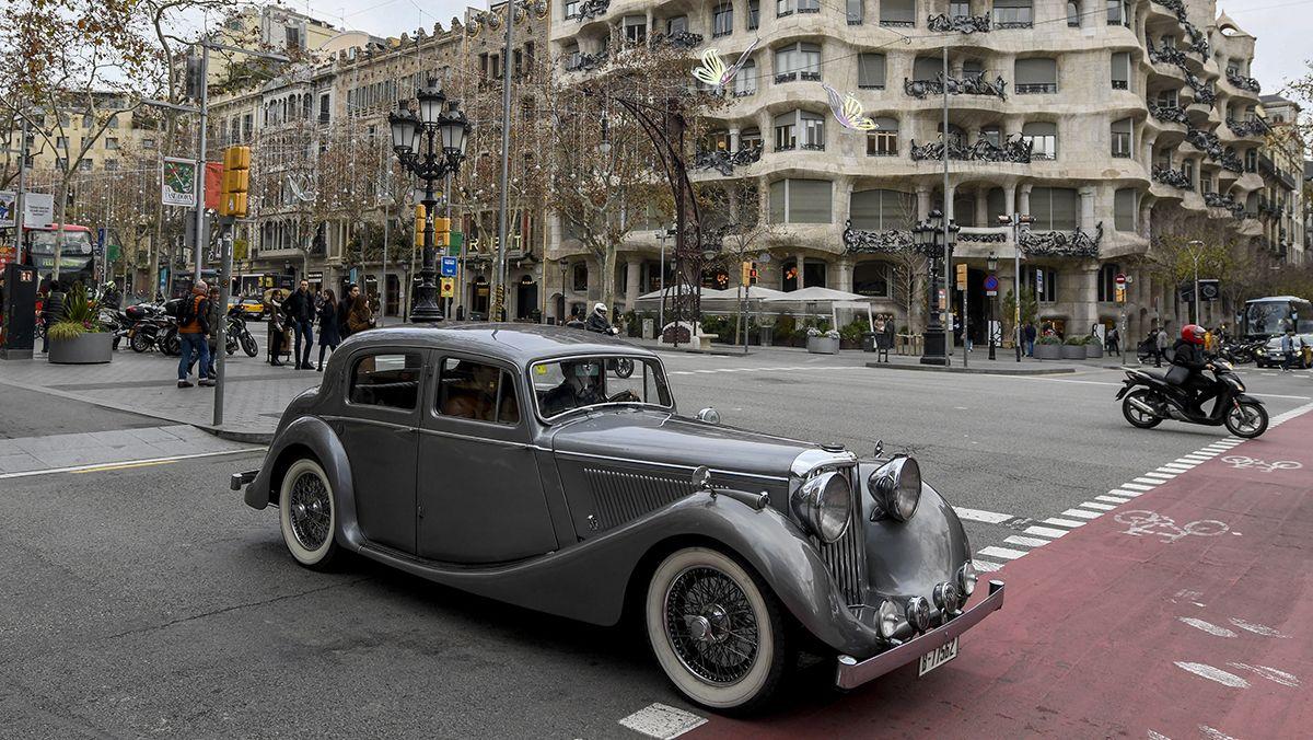 Álex Ricardo conduce su Jaguar por el centro de Barcelona.