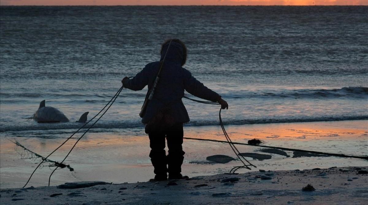 Un pescador en las costas del estrecho de Bering, en Alaska.