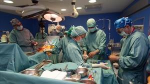 Un momento de la intervención quirúrgica para colocar el corazón artificial.