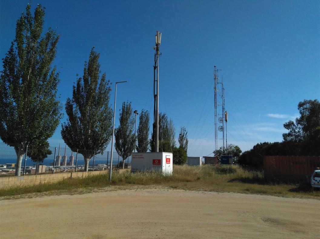 Antenas de telefonía instaladas sin contrato junto a la comisaría de la Guardia Urbana de Badalona.