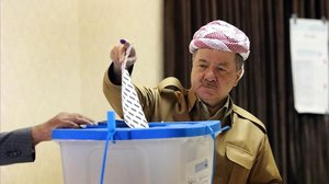 El antiguo líder del Gobierno Regional Kurdo, Masoud Barzani, vota en un colegio electoral.