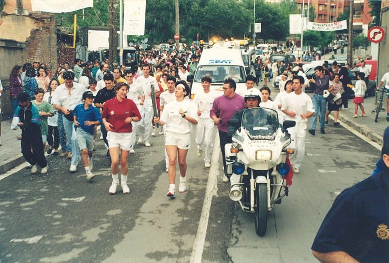 La antorcha olímpica a su paso por Viladecans, en 1992.