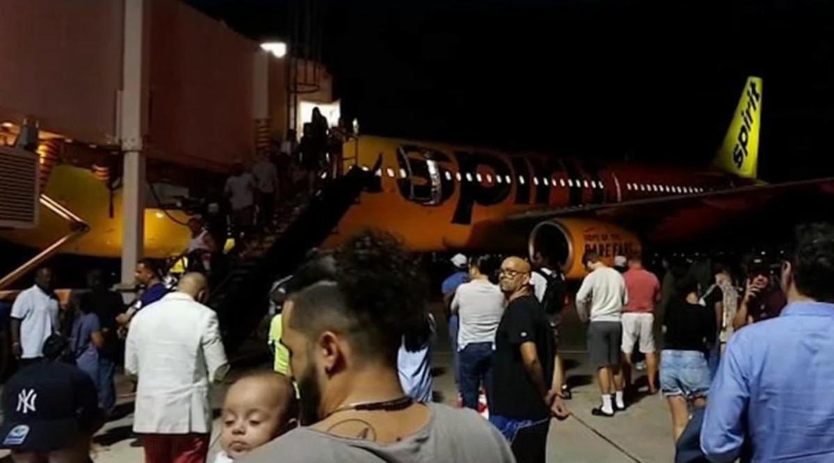 Aterrizaje de emergencia y varios pasajeros hospitalizados por olor a calcetines sucios en el avión