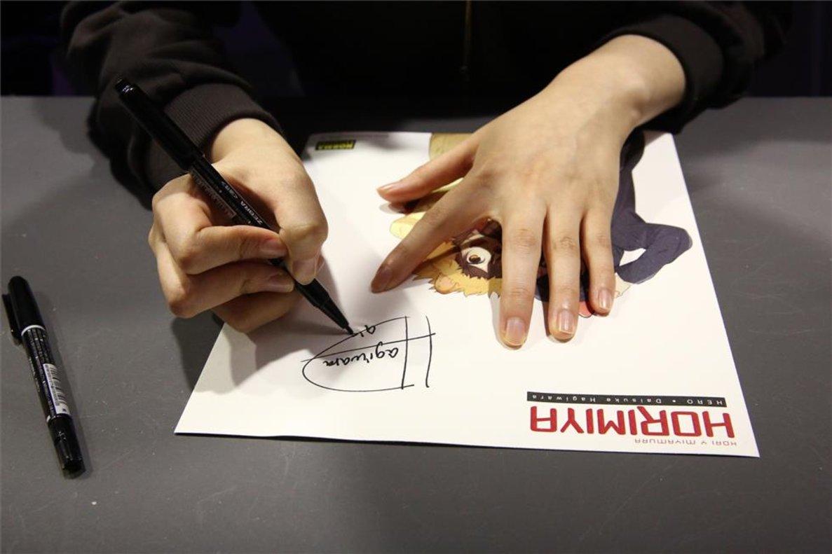 La autora de Horimiya, Daisuke Hagiwara, firmando en el Salón del Manga.