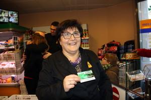 Auxili, trabajadora del supermercado Bonàrea de Sant Vicenç dels Horts, muestra el número premiado.