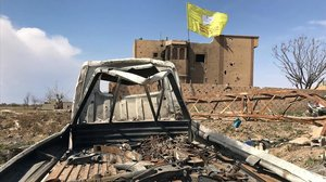 Bandera de las fuerzas democráticas de Siria en una casa de Baghouz, este sábado.