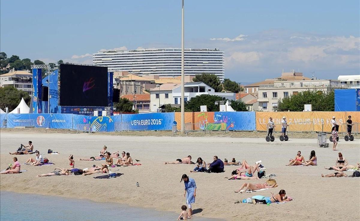 Bañistas en la playa junto a la zona de aficionados en Marsella.