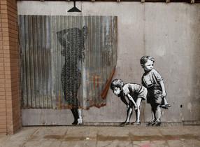 Una pieza de Banksy, en el parque de atracciones Dismaland creado por el grafitero en Western-super-Mare, en agosto del 2015.