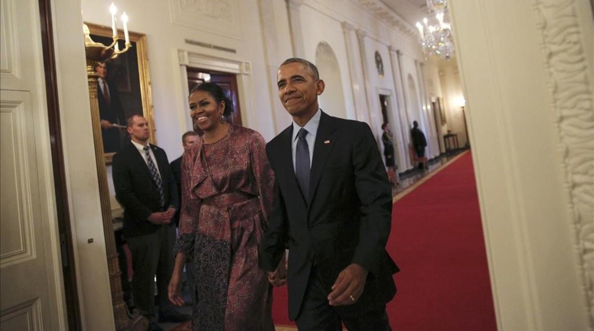 Barack y Michelle Obama se dirigen hacia el lugar de la ceremonia de entrega de las medallas de la Libertad, en la Casa Blanca.