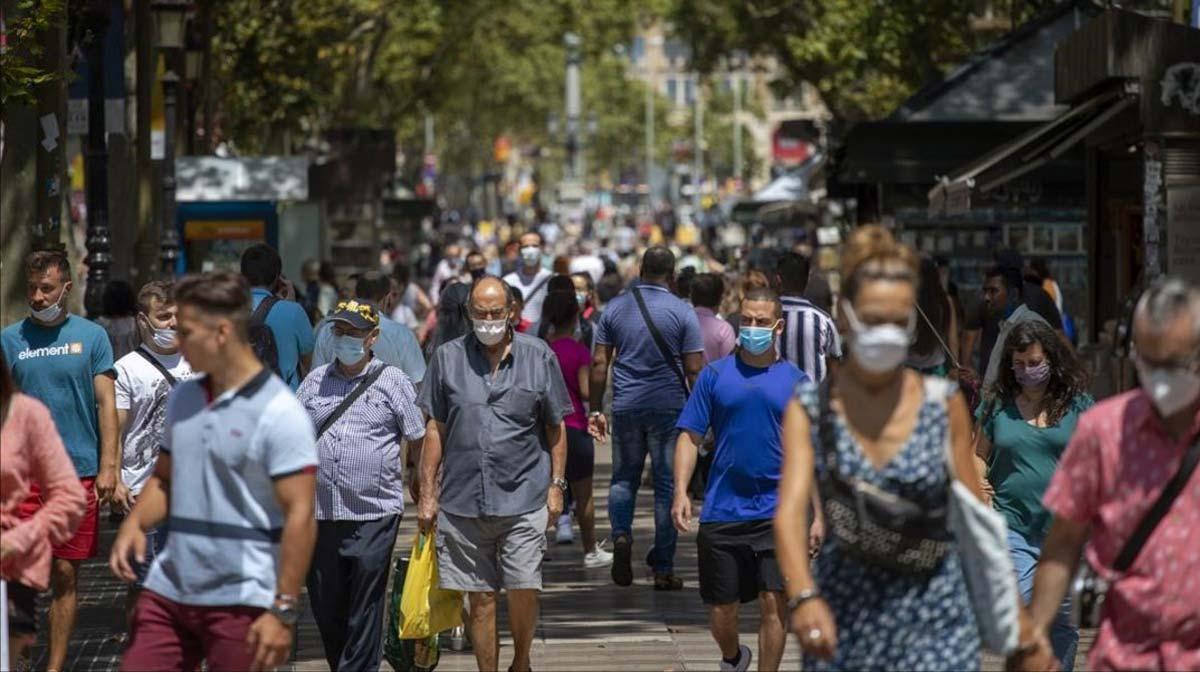 Barcelona estudia medidas para reducir contagios. En la foto, gente paseando por las Ramblas de Barcelona, el jueves.