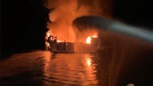 El barco incendiado en Santa Cruz, California.