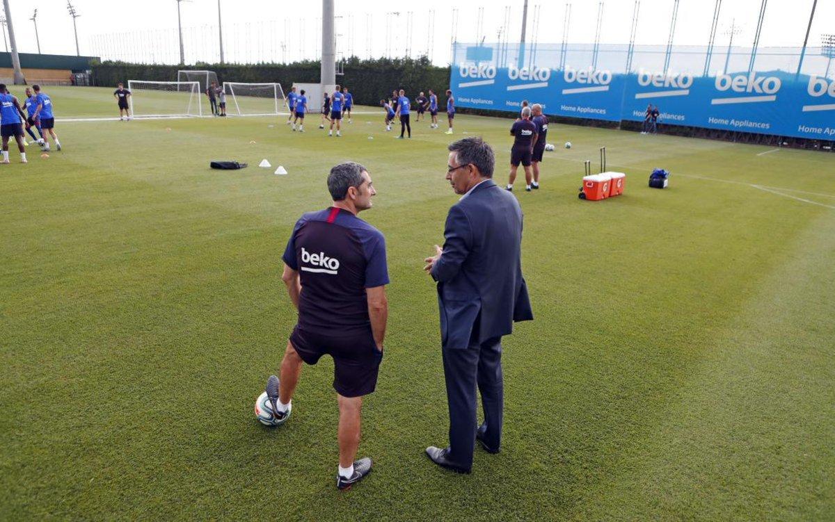 Bartomeu y Valverde, en el entrenamiento vespertino del Barça en la ciudad deportiva.