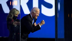 Joe Biden y su mujerJill Biden saludan a la gente de Wilmingtonque acudió el sábado a celebrar su victoria electoral.