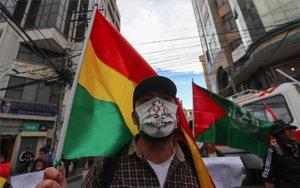 Un hombre protesta en Bolivia por las elecciones presidenciales.