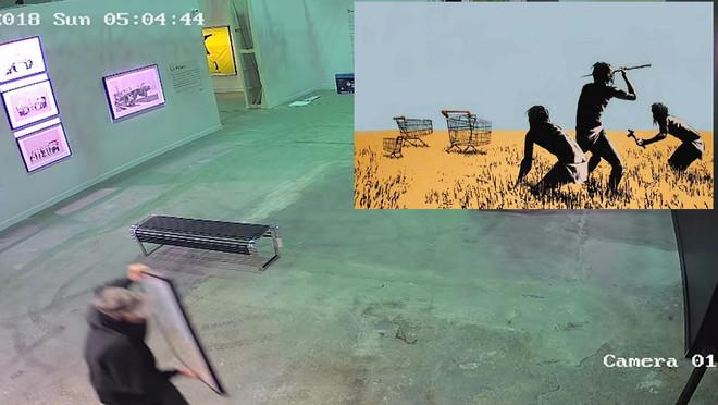 Un caco se ha llevado en un visto y no visto un grabado de Banksy de una galería de Toronto.
