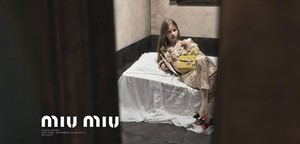 Campaña de Miu Miu firmada por el fotógrafo Steven Meisel en la que se glamuriza la prostitución infantil