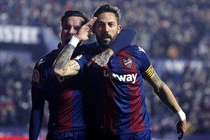 El capitán del Levante, el 'Comandante' Luis Morales, celebra un gol ante el Girona