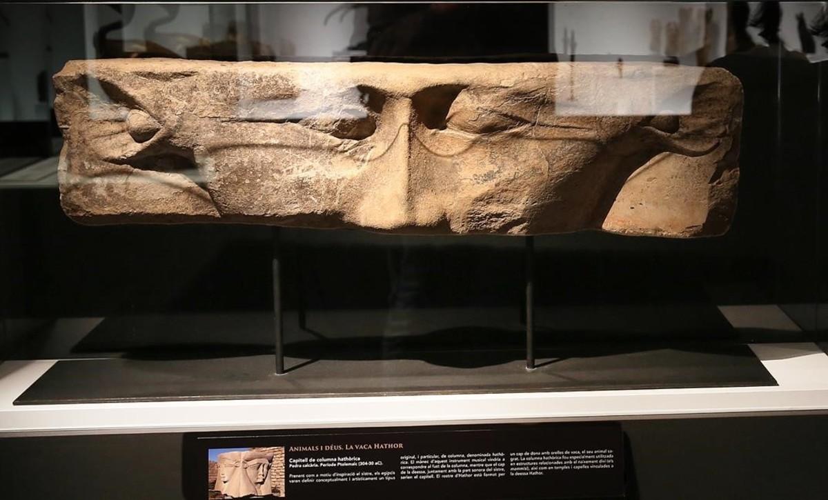 Capitel de columna con la diosa Hathor, en la exposición Animales sagrados, enel Museu Egipci.