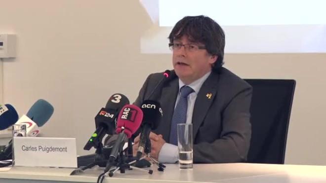 Carles Puigdemont dice que son los ciudadanos quienes pueden pedirle que deje el escaño, pero confía que el Parlament le protegerá.
