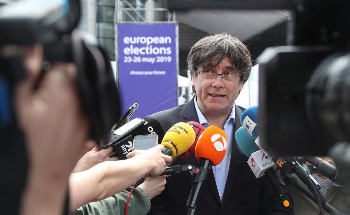 Carles Puigdemont habla con la prensa frente al Parlamento Europeo, en Bruselas.