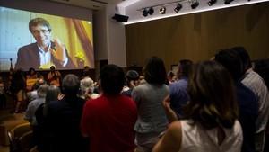 Carles Puigdemont saluda, a través de una pantalla, a los asistentes a la presentación de Crida Nacional per la República.