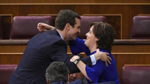 Casado y Santamaría se saludan en el Congreso, el pasado 19 de junio.