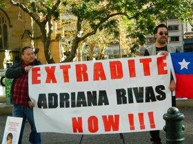 Personas exigen la extradición de una exagente de Agusto Pinochet detenida en Australia.