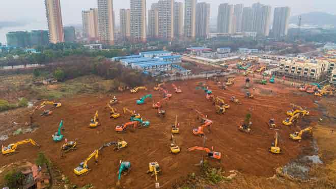 Excavadoras trabajando en la construcción del nuevo hospital en Wuhan, hoyviernes