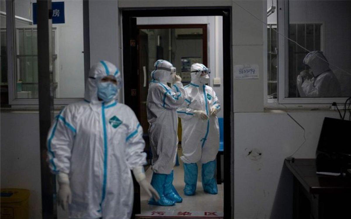 Personal médico en China combatiendo el coronavirus.