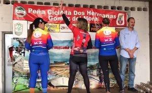 Mujeres ciclistas dan la espalda en el podio para protestar contra el machismo de una carrera en Andalucía