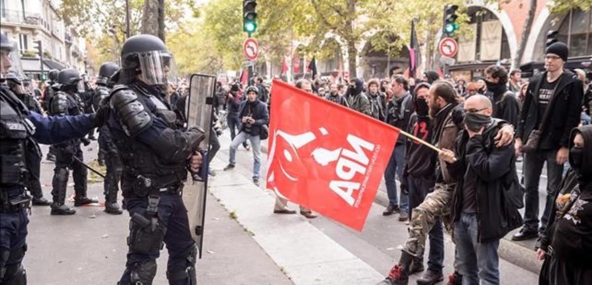 Ciudadanos se enfrentan a miembros de la policia antidisturbios durante una manifestacion en Paris Francia hoy 10 de octubre de 2017.