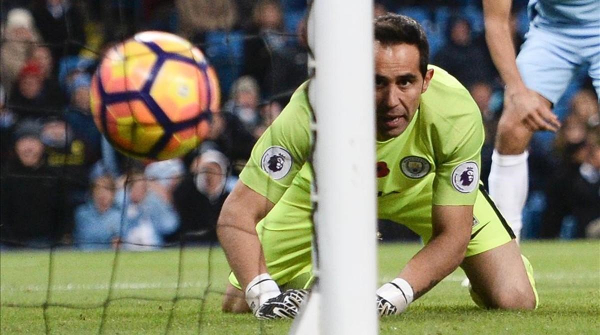 Claudio Bravo mira cómo la pelota se cuela en su portería, lo que significaba el empate del Middlesbrough en el tiempo añadido.